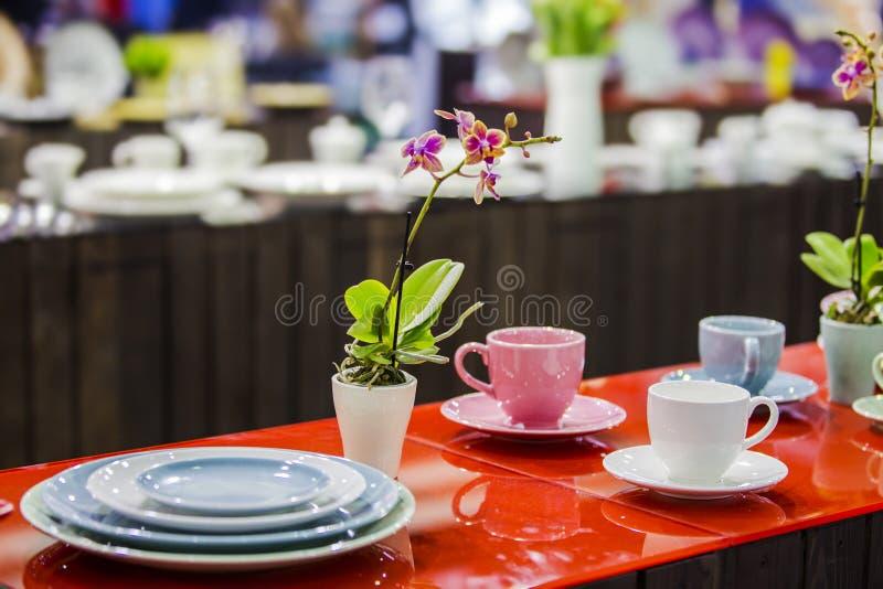 Herbaciany set, porcelany różni kolory kubki, dekorował stół dla herbaciany pić obrazy royalty free