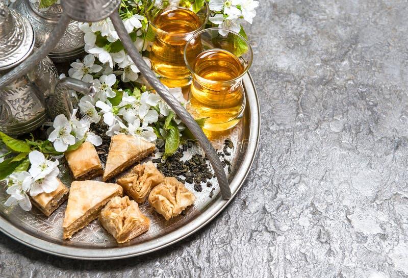 Herbaciany szkło garnek, tradycyjni cukierki Islamscy wakacje obraz stock