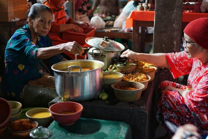 Herbalist в традиционном рынке, Prawirotaman, Yogyakarta стоковая фотография