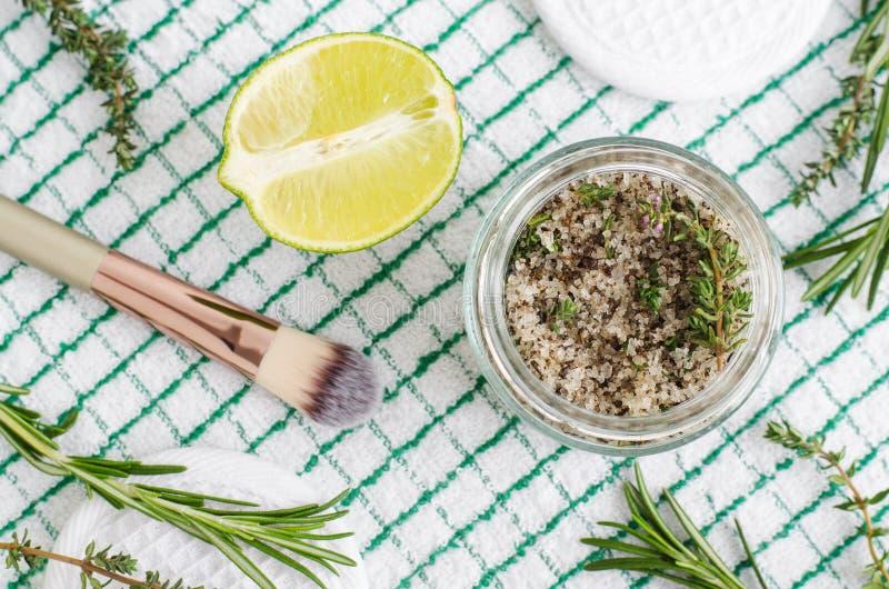 Herbarios hechos en casa friegan el pie para empapar o la sal de baño con romero, tomillo, zumo de lima, sal del mar y aceite de  imagen de archivo libre de regalías