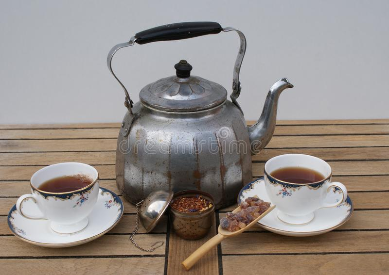Herbata dla dwa przygotowywającego w starym aluminium wody czajniku z angielskimi herbacianymi filiżankami jako zbliżenie fotografia stock