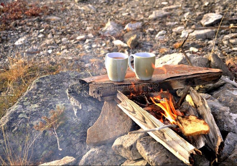 Herbata i grzanka na obozowym ogieniu zdjęcie stock