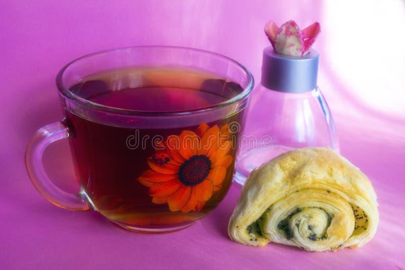 Herbata i rolka na różowym tle zdjęcia royalty free