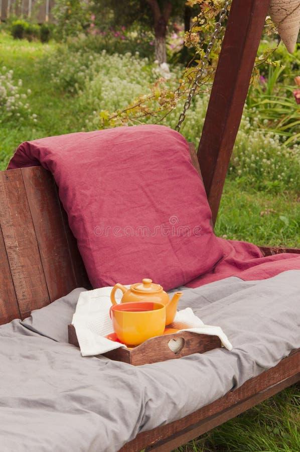 Herbata na ogrodowej huśtawce obrazy royalty free