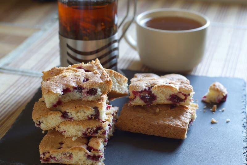 Herbata, piwowar i kulebiak w jagodach dla śniadania, jaskrawy oświetlenie od okno, horyzontalnego zdjęcie stock