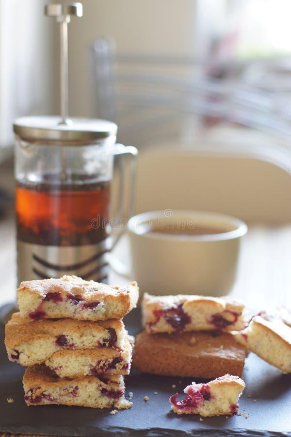 Herbata, piwowar i kulebiak w jagodach dla śniadania, jaskrawy oświetlenie od okno, pionowo obraz royalty free