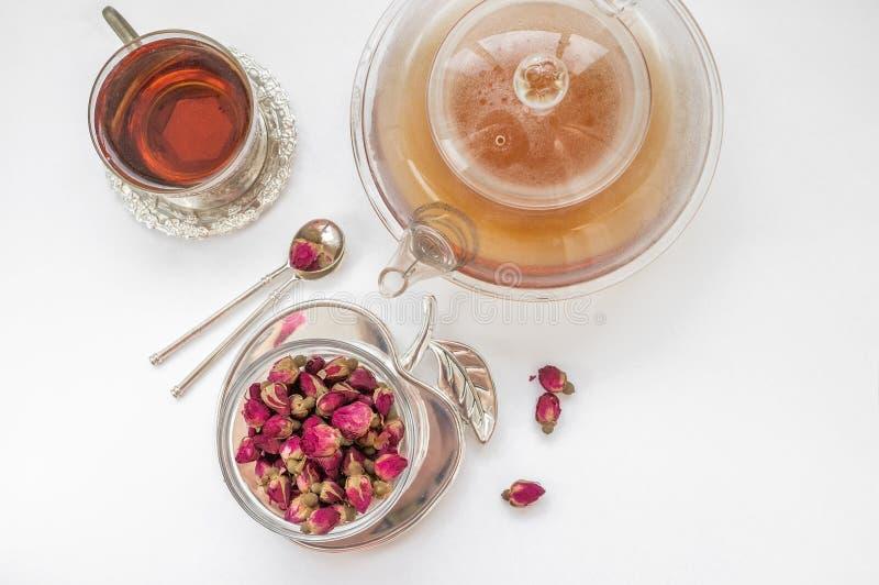 Herbata robić od rosebuds Herbata wzrastał pączki robić od reala wzrastał pączki i wtedy suszył, oskubani potomstwa Filiżanka her fotografia royalty free