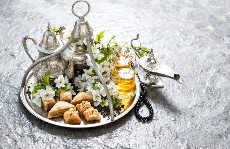 Herbata, tradycyjny orientalny zachwyta baklava Islamscy wakacje Dec obrazy stock