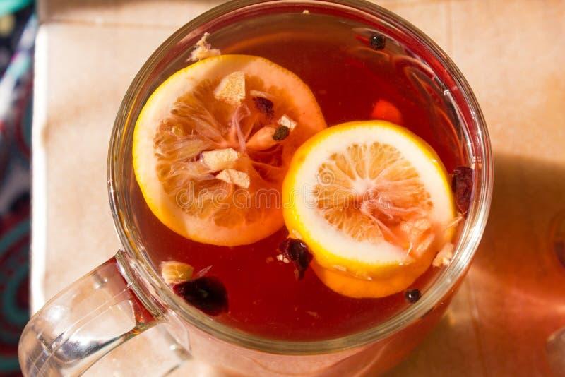 Herbata w przejrzystym kubku z pikantność zdjęcia stock