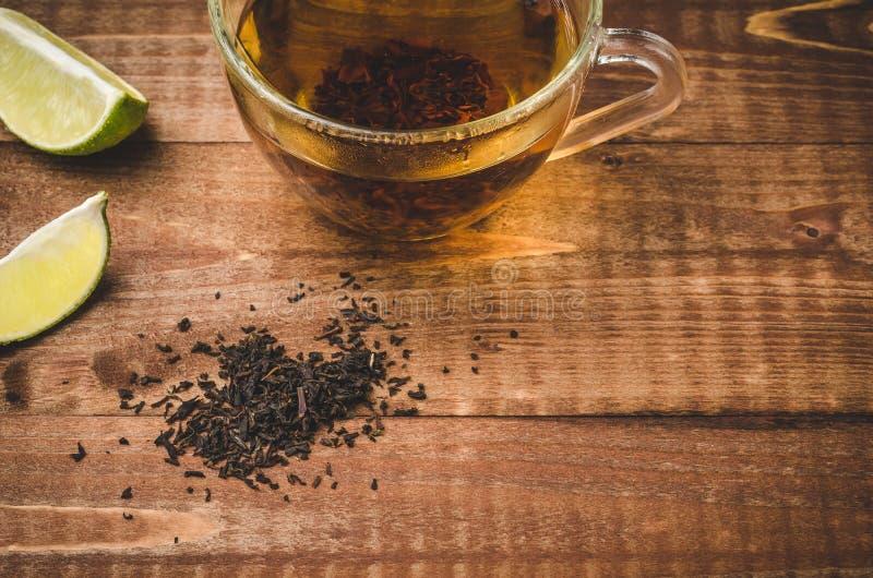 Herbata w szkle z cytryna segmentami na tle, herbacie w szkle z cytryna segmentami na drewnianym tle drewnianych/ Odgórny widok k fotografia royalty free