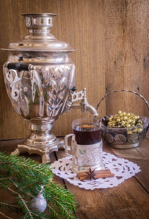 Herbata w szkle z kabotażowa i rosjanina samowarem na drewnianym tle Domowa boże narodzenie dekoracja fotografia stock