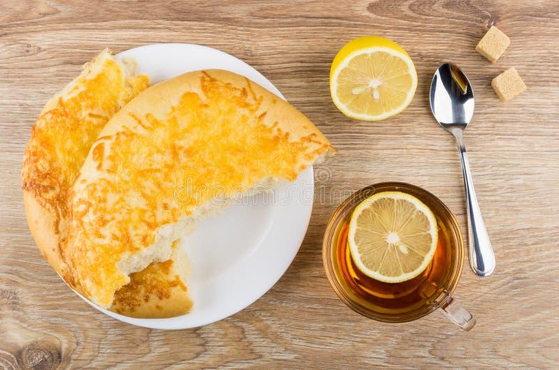 Herbata z cytryną, kawałki płaski chleb z serem, cukier zdjęcia stock