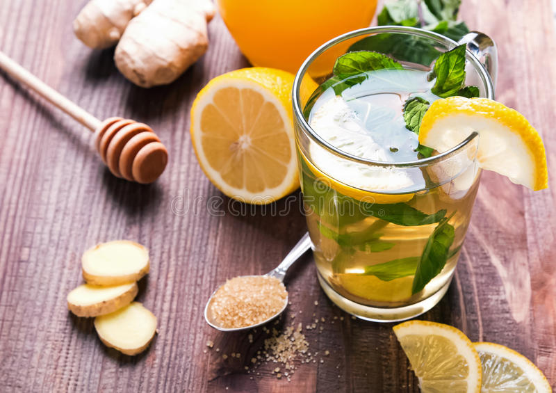 Herbata z mennicą i cytryną w szklanej filiżance zdjęcia stock