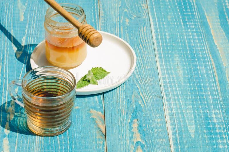 herbata z mennicą i miodem na drewnianym błękita stołu tle kosmos kopii Selekcyjna ostro?? obrazy stock
