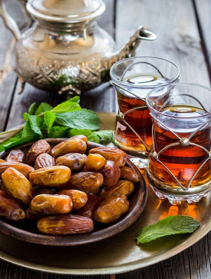 Herbata z mennicą w araba stylu i datami na drewnianym stole obraz royalty free