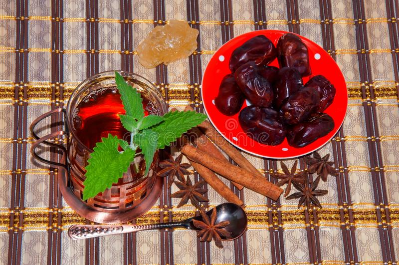 Herbata z mennicą w Arabskiej tradyci zdjęcie royalty free