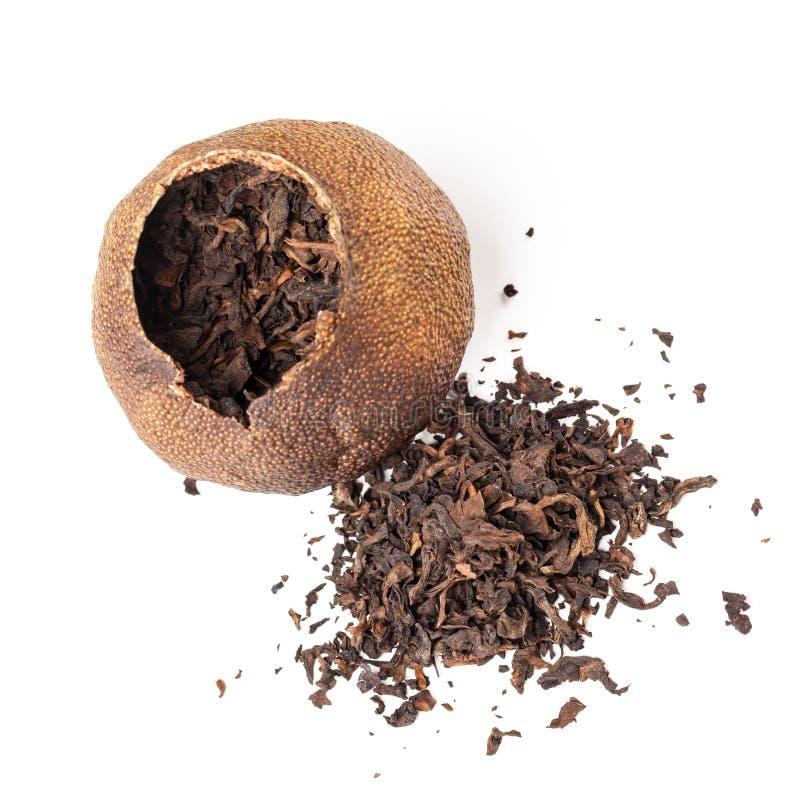 Herbaty Pu pakujący w wysuszonej mandarynce odizolowywającej obrazy stock