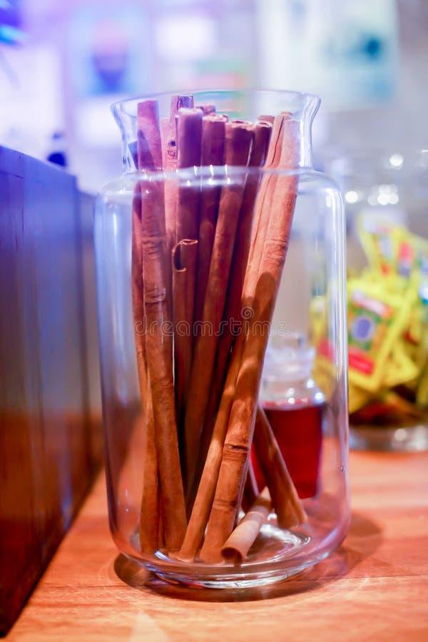 Herbe antique dans des pots en verre sur la table en bois dans chinois ou thaïlandais il image stock