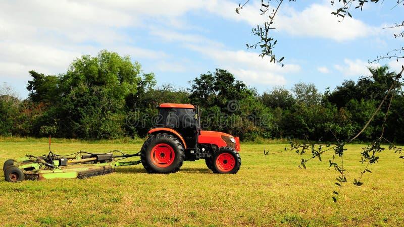 Herbe de coupe de tracteur photographie stock
