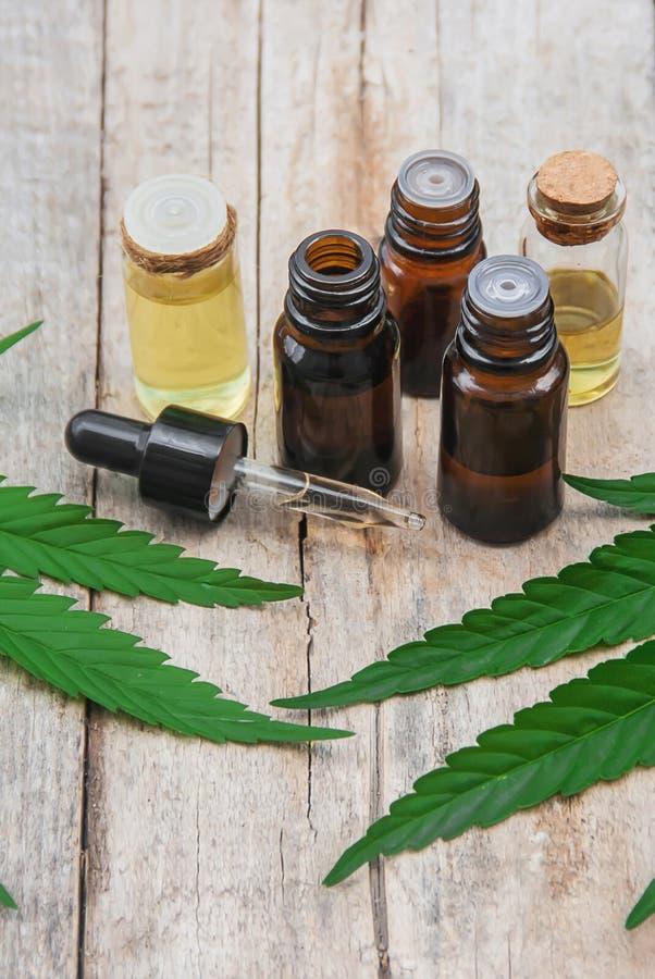 Herbe et feuilles de cannabis pour le bouillon de traitement, teinture, extrait, huile Foyer s?lectif photos stock