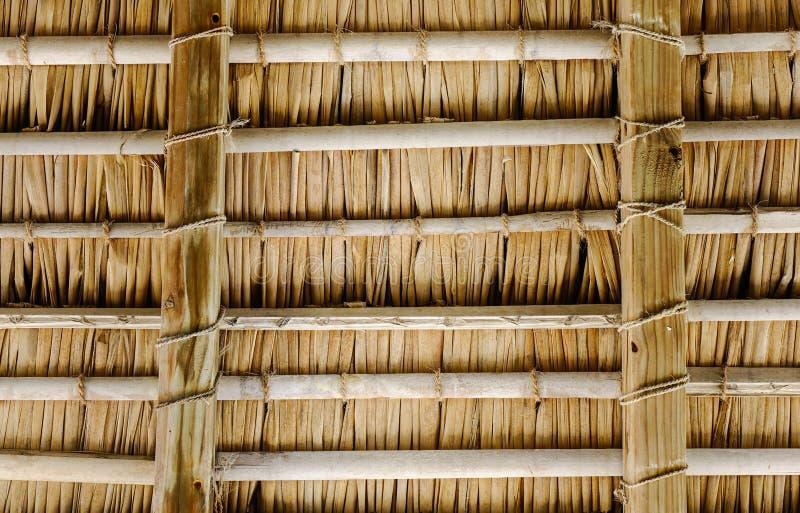 Herbe sèche sur le dessus de toit de la maison de cottage photo stock