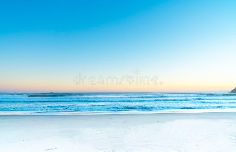 Herbe, sable et roches Painterly de scène de plage d'effet photos stock