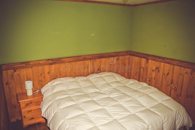 Herberg, kleine ruimte, bedden royalty-vrije stock afbeelding