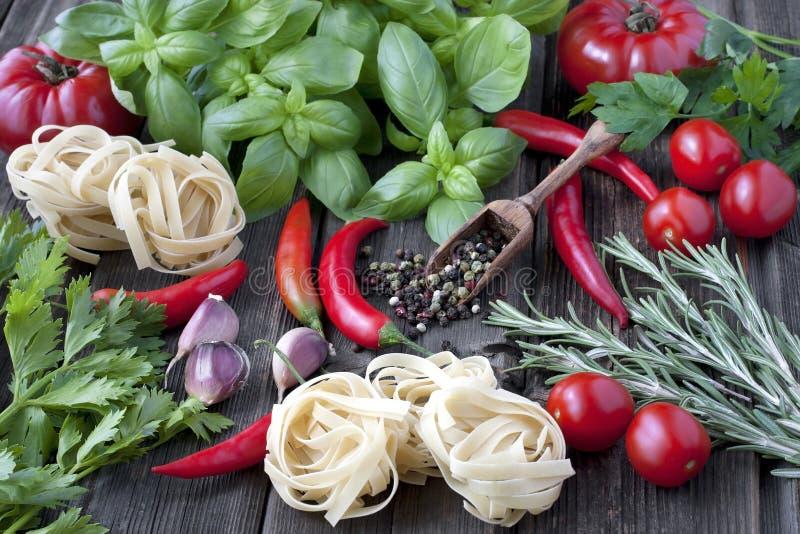 Herbes épicées fraîches avec des légumes image stock
