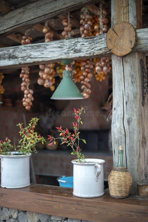 Herbes dans des pots sur le rail de porche image stock