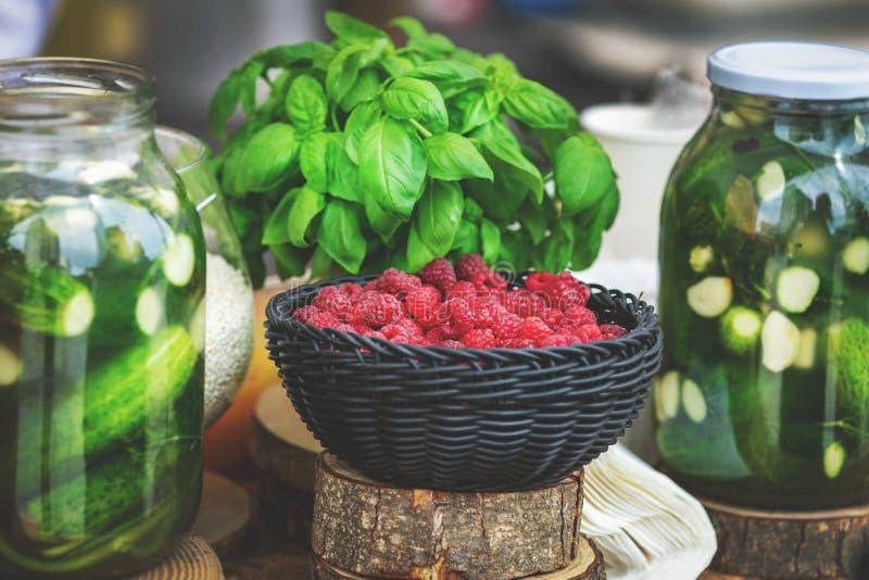 Herbes de conserves au vinaigre et baies fraîches à vendre image libre de droits