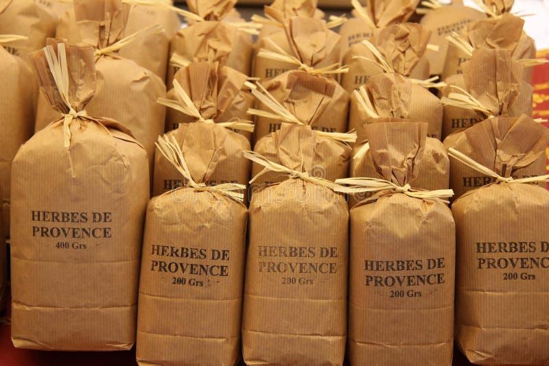 Herbes et épices à un marché français image libre de droits