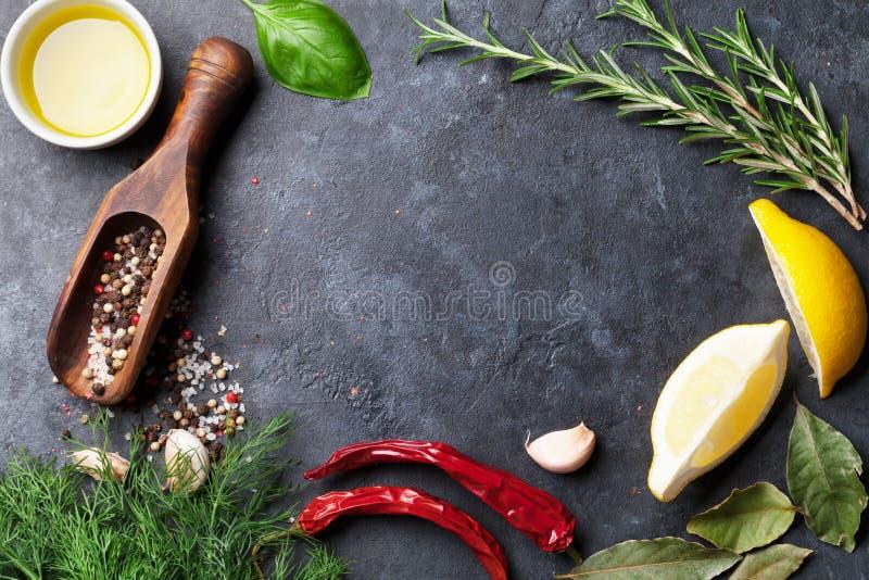Download Herbes et épices image stock. Image du blackboard, herbes - 77150775