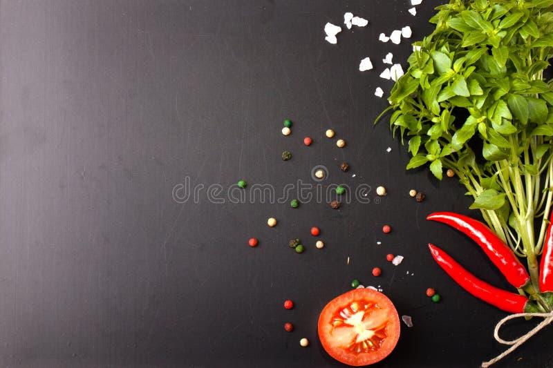Herbes et épices basilic, poivron rouge, sel et romarin sur un blac images stock