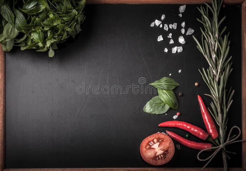 Herbes et épices basilic, poivron rouge, sel et romarin sur un blac image stock