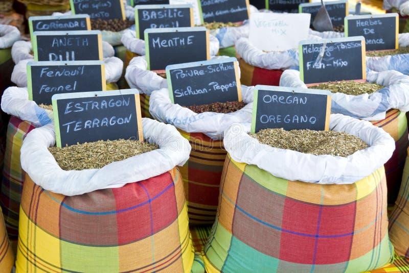 Herbes et épices sur un marché image stock