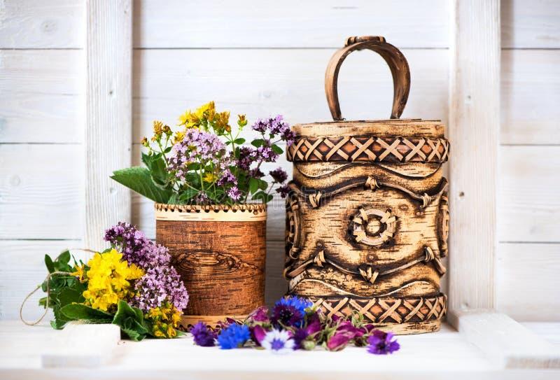 Herbes et fleurs de guérison dans des boîtes d'écorce de bouleau Produits pharmaceutiques organiques photographie stock libre de droits