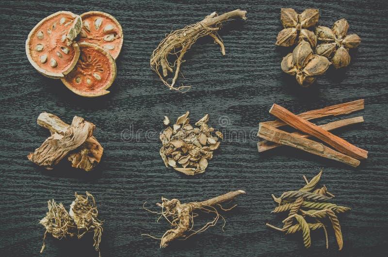 Herbes et ginseng sec, vue supérieure des herbes thaïlandaises et ginseng sur le plancher en bois photographie stock