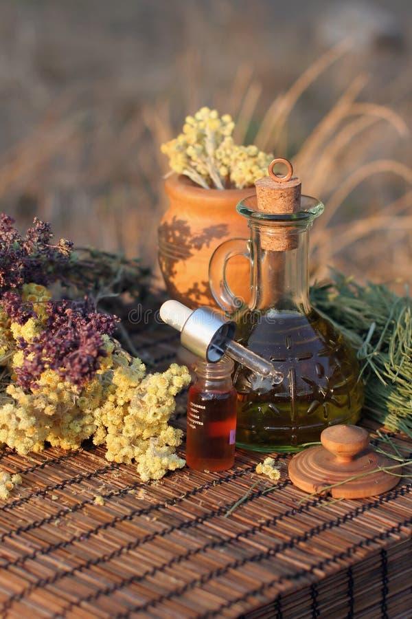 Herbes et huile essentielle photographie stock