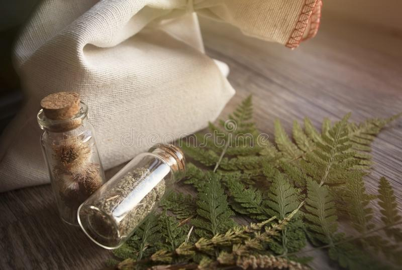 Herbes médicinales dans un emballage en verre photo libre de droits