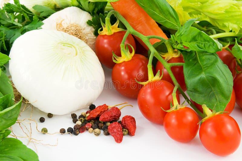 Herbes, oignon, ail, basilic, poivrons et tomate photographie stock libre de droits
