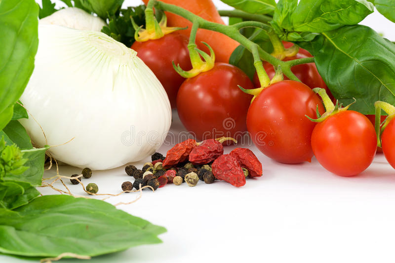 Herbes, oignon, ail, basilic, poivrons et tomate photo stock