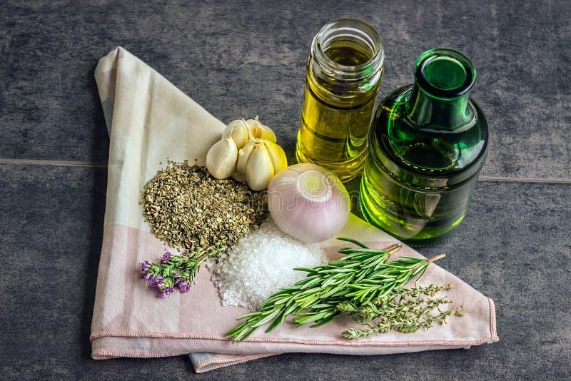 Herbes : romarin, thym, origan, sel de mer, bouteilles d'huile d'olive, GA photo libre de droits