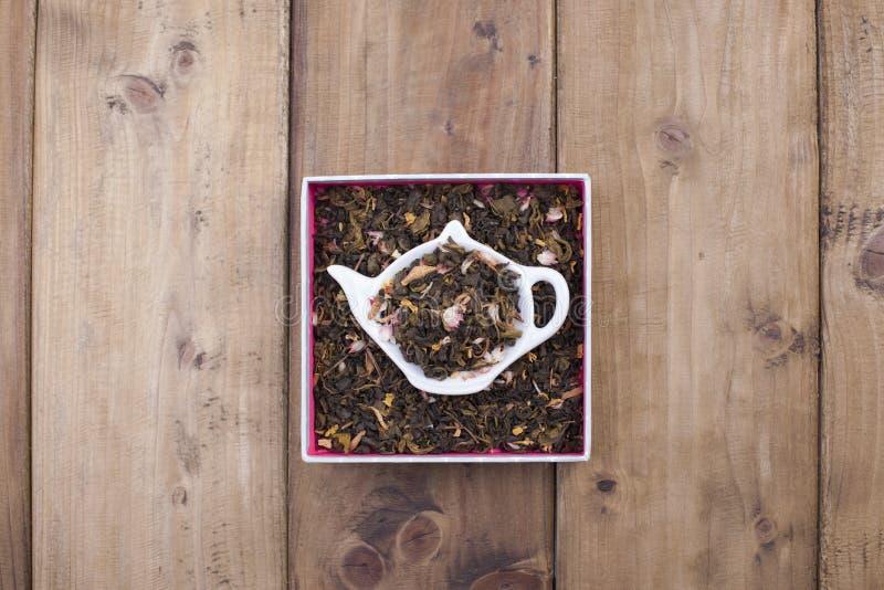 Herbes sèches pour le thé, d'un plat rond en bois L'espace libre pour le texte copiez l'espace, configuration d'appartement photographie stock