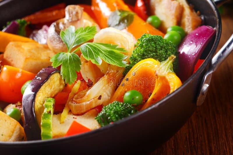 Herbes sur le plat principal cuit sain image stock
