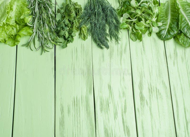 Herbes vertes sur le fond en bois photographie stock libre de droits