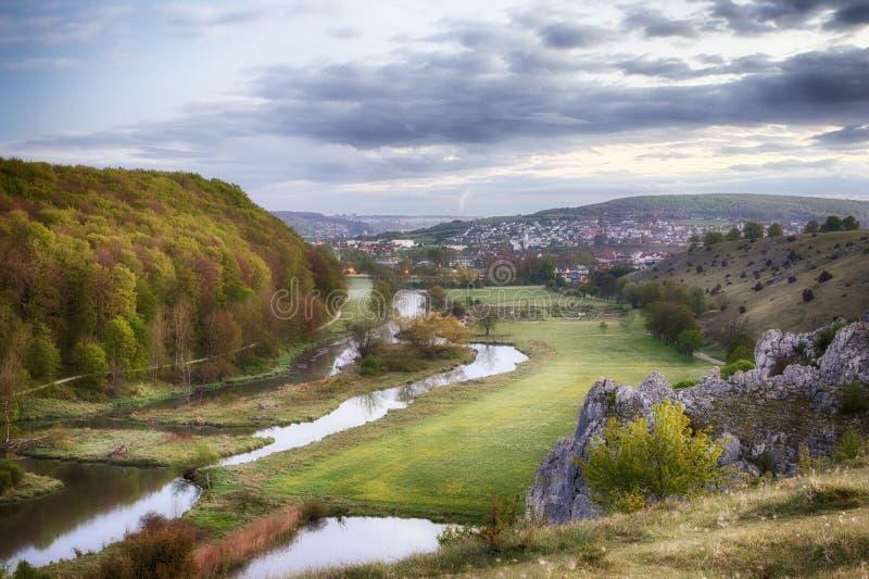 Herbrechtingen ed il fiume Brenz in Eselsburger Tal al primo mattino fotografia stock