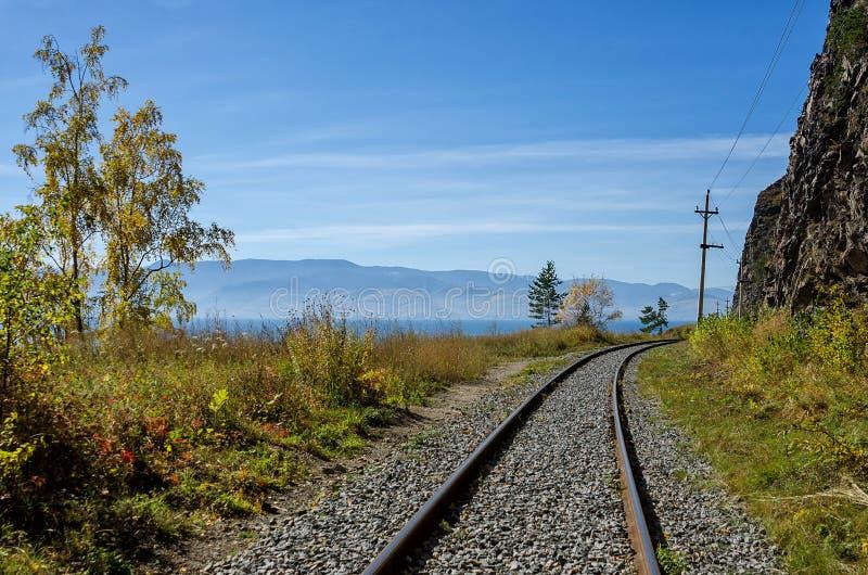 Herbst auf Circum-Baikal-Eisenbahn, Ost-Sibirien, Russland lizenzfreie stockfotografie
