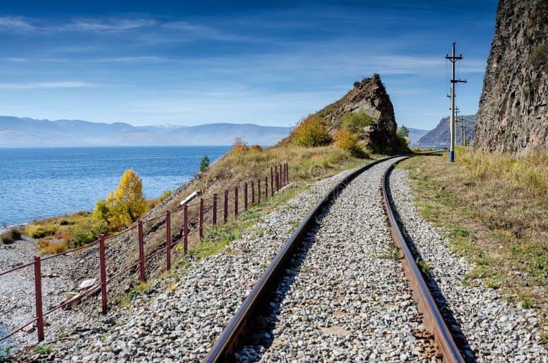 Herbst auf Circum-Baikal-Eisenbahn, Ost-Sibirien, Russland lizenzfreie stockbilder