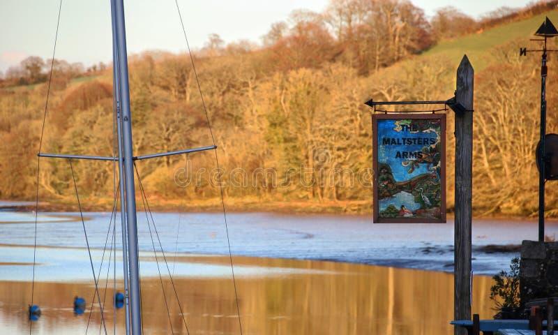 Herbst auf dem Harbourne-Fluss und der Flussufer Kneipe, England lizenzfreie stockfotos