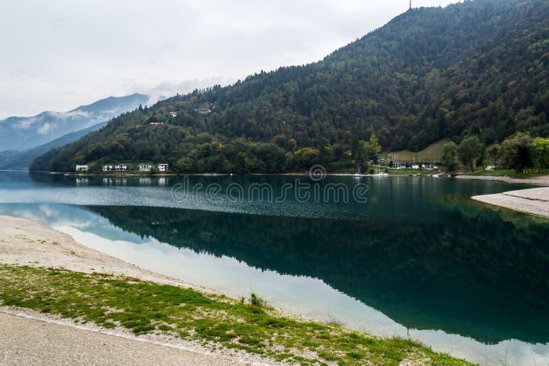 Herbst auf dem See Ledro lizenzfreies stockbild